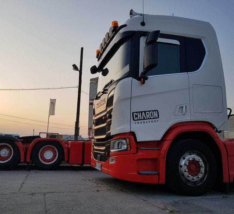Biało czerwona ciężarówka