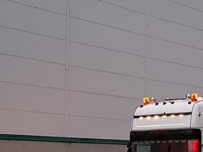 biały ciągnik siodłowy 1